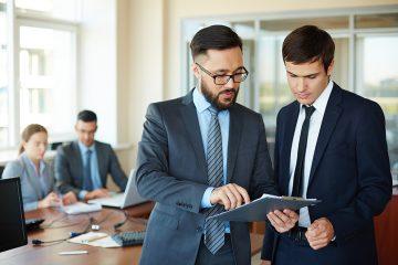 dois empresários conversando